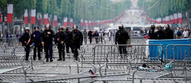 Tensions sur les Champs-Élysées : des émeutiers ont érigé desbarricades